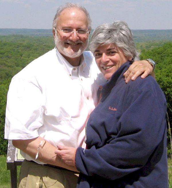 En esta imagen cedida por la familia Gross se ve a Alan y Judy Gross en un lugar no identificado. Al cumplirse cinco años de