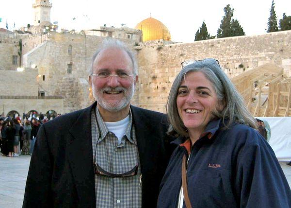 Foto del 2005 muestra a Adam Gross y a su esposa Judy en Jerusalén.