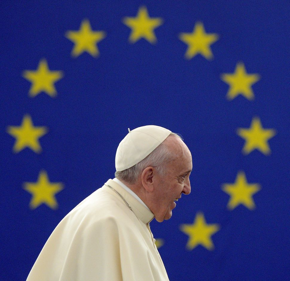 Pope Francis arrives to deliver a speech at the European Parliament, on November 25, 2014, during a short visit at the Europe