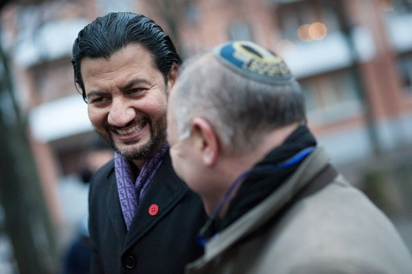 Mehtab Afsar, secretary general of the Islamic Council of Norway , was there with Ervin Kohn, president of the Jewish Communi