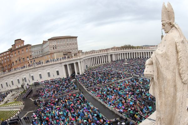 VATICAN CITY, VATICAN - APRIL 05:  A general view of St Peter's Square during the Easter Massgiven by  Pope Francis on April