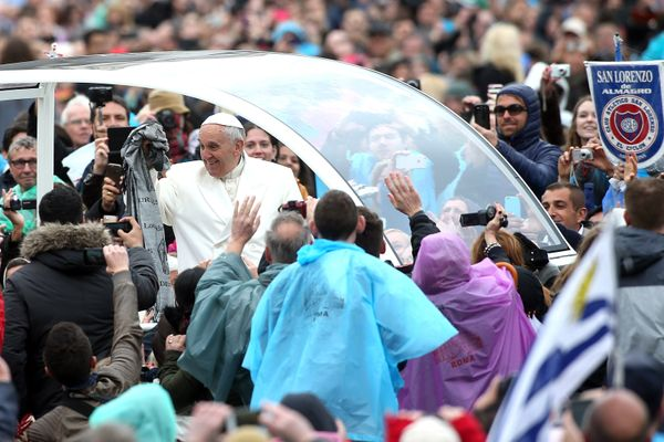 VATICAN CITY, VATICAN - APRIL 05:  Pope Francis waves to the faithful as he attends the Easter Mass at St Peter's Square on A