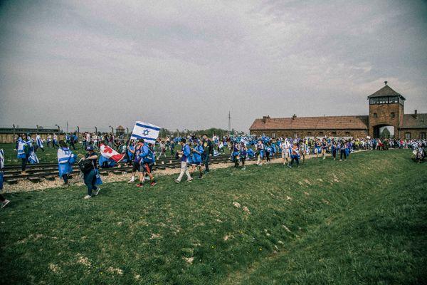 Οι διαδηλωτές εισέρχονται στο στρατόπεδο θανάτου Μπίρκεναου, όπου αποτίουν φόρο τιμής στα εκατομμύρια που σκοτώθηκαν στο Ολοκ