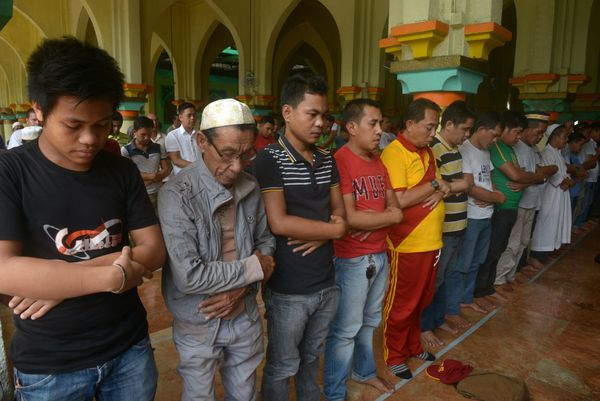 Filipino Muslims take part in prayers at the Golden Mosque in Manila on June 18, 2015 on the first day of Islam's holy month