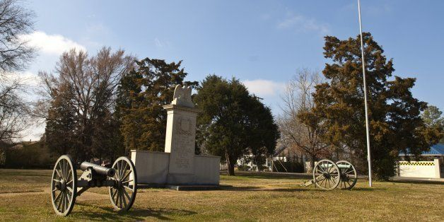 Mississippi, Natchez Trace Parkway, Tupelo National Battlefield, Civil War Canon and Monument. (Photo by: Universal Images Gr
