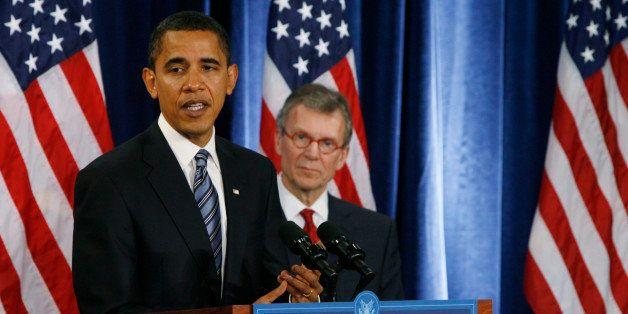 U.S. President-elect Barack Obama (L) introduces former U.S. Senate Majority Leader Tom Daschle on Wednesday as secretary of