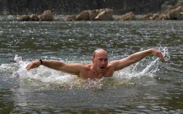 Vladimir Putin nada en un río de Kyzyl, en el sur de Siberia. Foto tomada el 3 de agosto del 2009.