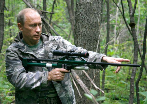 Otra foto popular de Putin. Se le ha visto también posando con un cachorro de tigre, la famosa del torso desnudo, la de los r