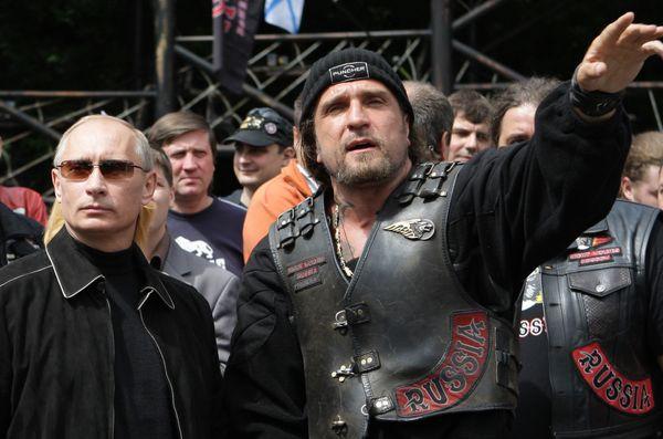 Con un grupo de aficionados a las motos. Foto tomada el 7 de julio del 2009.
