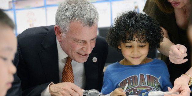 NEW YORK, NY - APRIL 03: New York City Mayor Bill de Blasio and student Justin De La Cruz work on a science project with worm