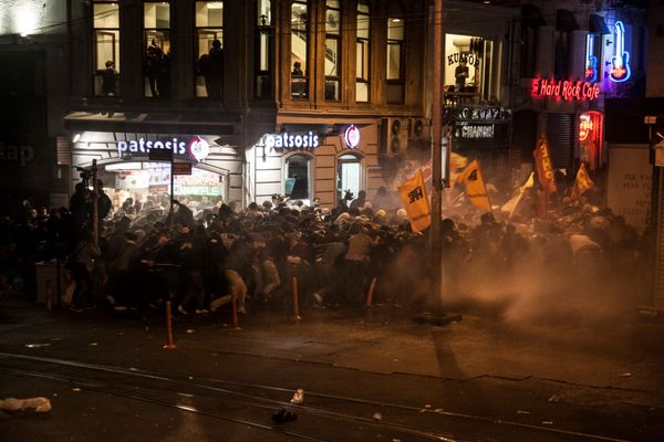 Police used tear gas and water cannon to the people who gather to protest ISIS attack to Kobane.