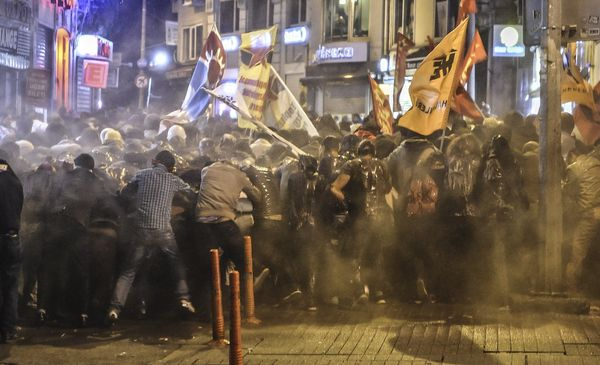 Police used tear gas and water cannon in Istanbul against demonstrators who protest against attacks launched by Islamic State