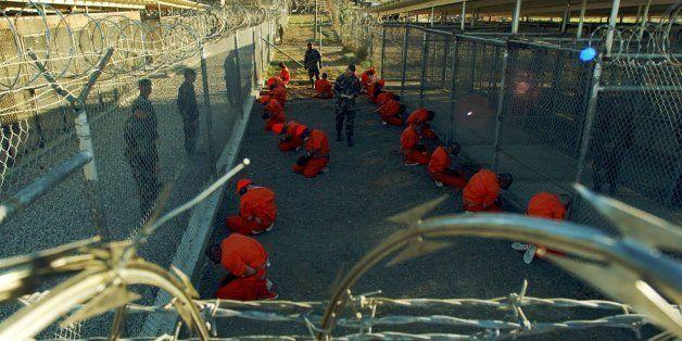 ** ARCHIV ** In diesem, vom U.S. Verteidigungsministerium herausgegebenen Bild vom 11. Januar 2002 knien inhaftierte Taliban
