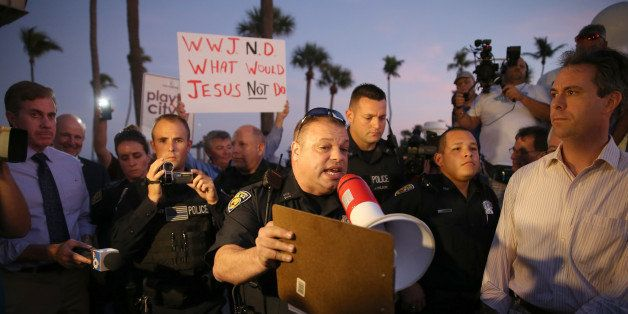 FORT LAUDERDALE, FL - NOVEMBER 12:  Fort Lauderdale Police Officer, Sgt. Al Lerner asks people to move back so they can speak