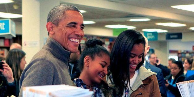 WASHINGTON, DC - NOVEMBER 29: (AFP OUT) U.S. President Barack Obama and daughters Sasha (C) and Malia purchase books at Polit