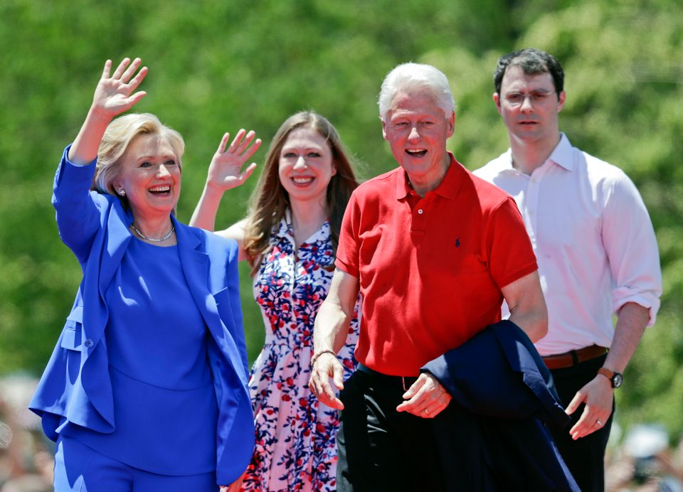 La familia completa Hillary Clinton, Bill, Chelsea Clinton y el esposo Marc Mezvinsky.