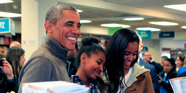 WASHINGTON, DC - NOVEMBER 29: (AFP OUT) U.S. President Barack Obama and daughters Sasha (C) and Malia purchase books at Polit
