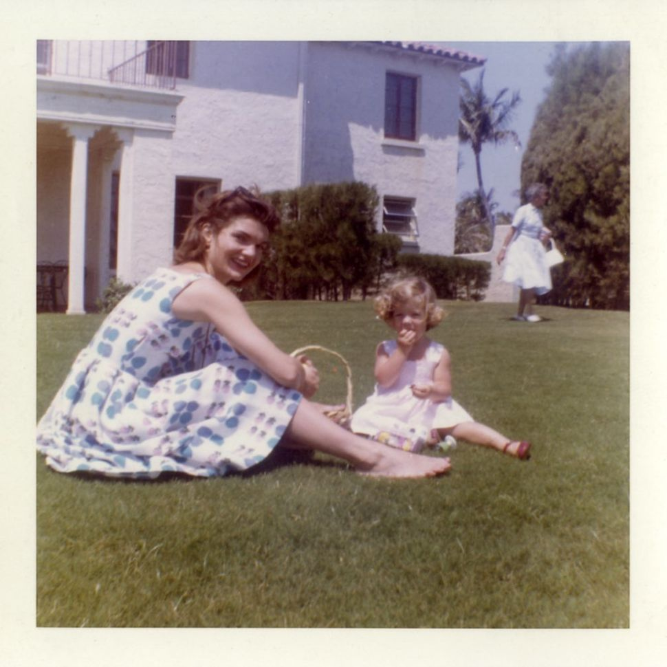 Jackie Kennedy having a picnic with Caroline Kennedy on the lawn.