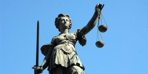 Justitia Justice Statue Denkmal Skulptur sculpture Römerberg Frankfurt Gerechtigkeit.