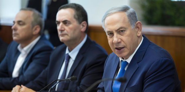 Israeli Prime Minister Benjamin Netanyahu (R) attends the weekly cabinet meeting in his Jerusalem office on May 4, 2016. / AF