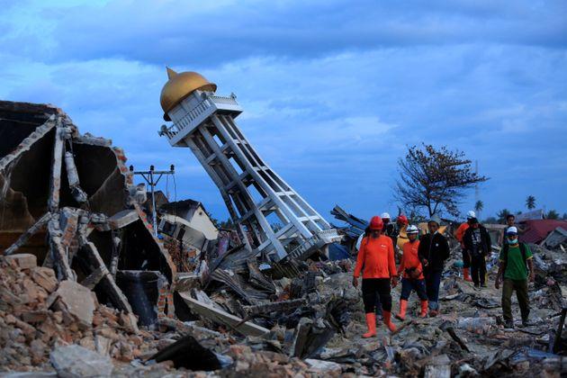 인도네시아 술라웨시섬 바라오아(Balaroa)에서 지진·쓰나미 실종자 수색 및 구조작업에 나선 이들이 주간 수색을 끝내고 현장을 빠져나오고 있다. 2018년