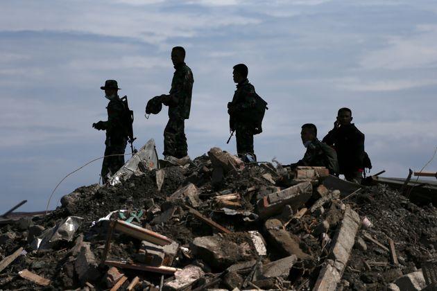 Ινδονησία: Σχεδόν 2.000 οι νεκροί, 5.000 οι αγνοούμενοι από τον σεισμό και το