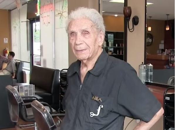 Ο γηραιότερος μπαρμπέρης του κόσμου είναι 107 χρονών και δουλεύει ακόμα
