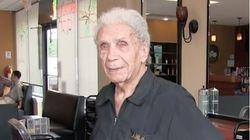 Ο γηραιότερος μπαρμπέρης του κόσμου είναι 107 χρονών και δουλεύει