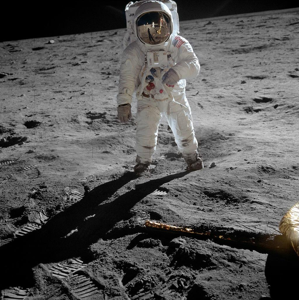 Θεωρίες συνωμοσίας: Πώς «απέδειξαν» ότι ο Άρμστρονγκ δεν πάτησε στη Σελήνη