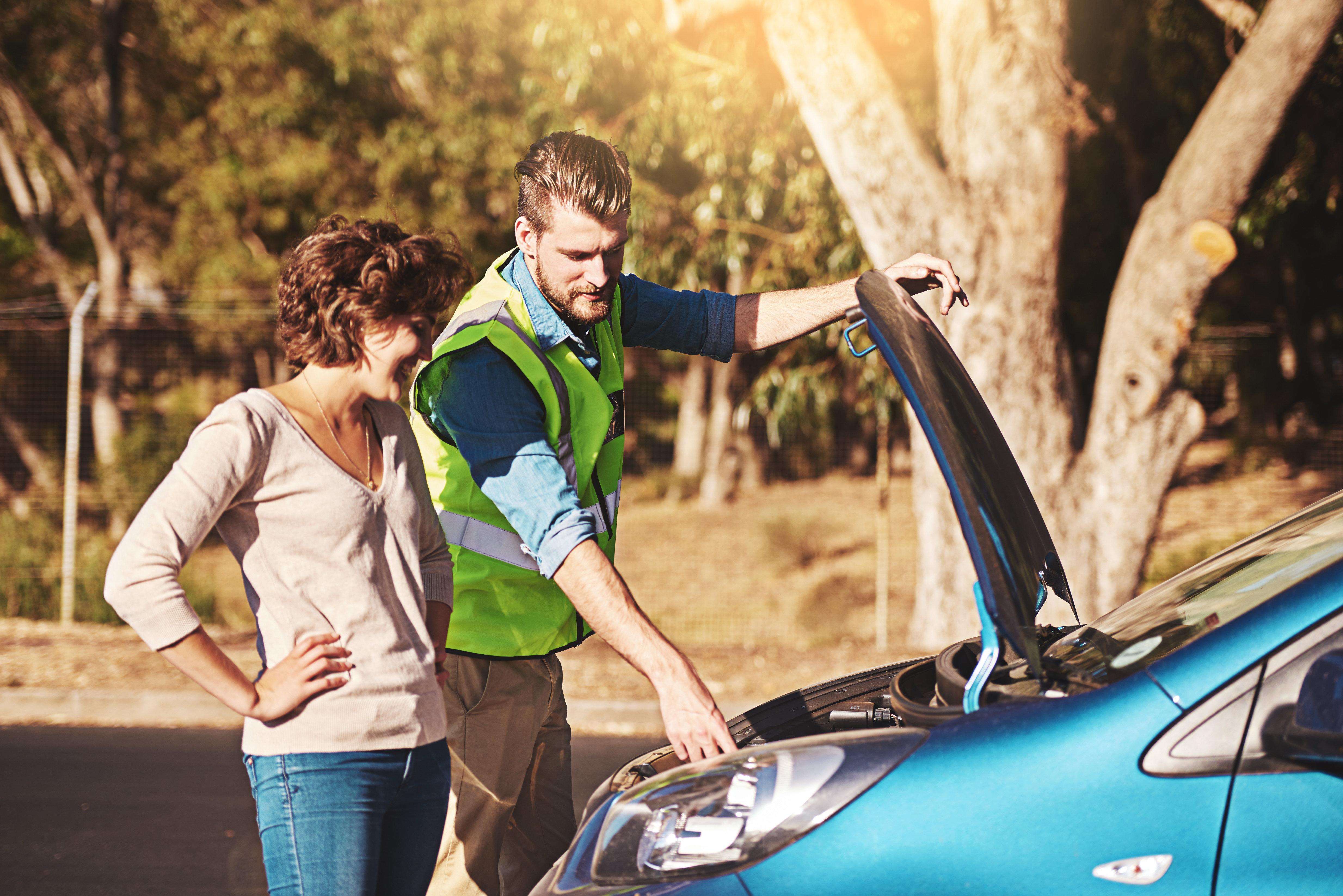 Paar fährt 200 Kilometer mit dem Auto – dann hört es Miauen im