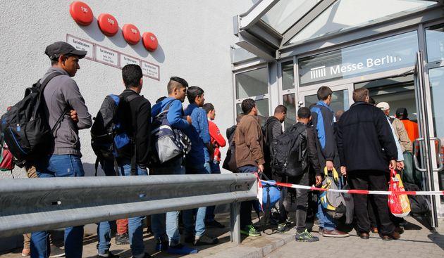 Des migrants arrivent dans un camp de réfugiés temporaire construit à Berlin, en...