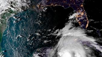 Esta imágen satelital cortesía de la Oficina Nacional de Administración Oceánica y Atmosférica se muestra la tormenta tropical Michael en su paso hacia Florida, el domingo 7 de octubre de 2018. (NOAA via AP)
