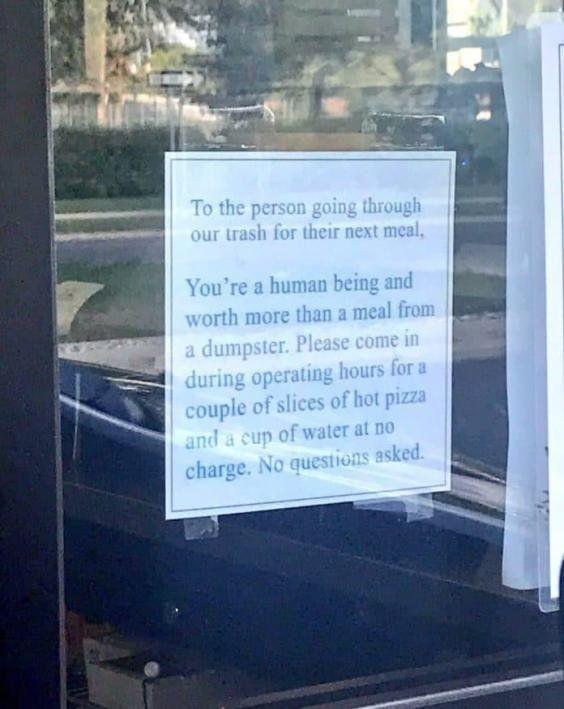 Μια πιτσαρία έβαλε μια απίστευτη ανακοίνωση στην πόρτα της για τους ανθρώπους που τρώνε από τα