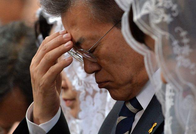 사진은 2017년 4월16일, 당시 문재인 더불어민주당 대선후보가 서울 중구 명동성당에서 열린 예수부활 대축일 미사에 참석해 성호를 긋고 있는