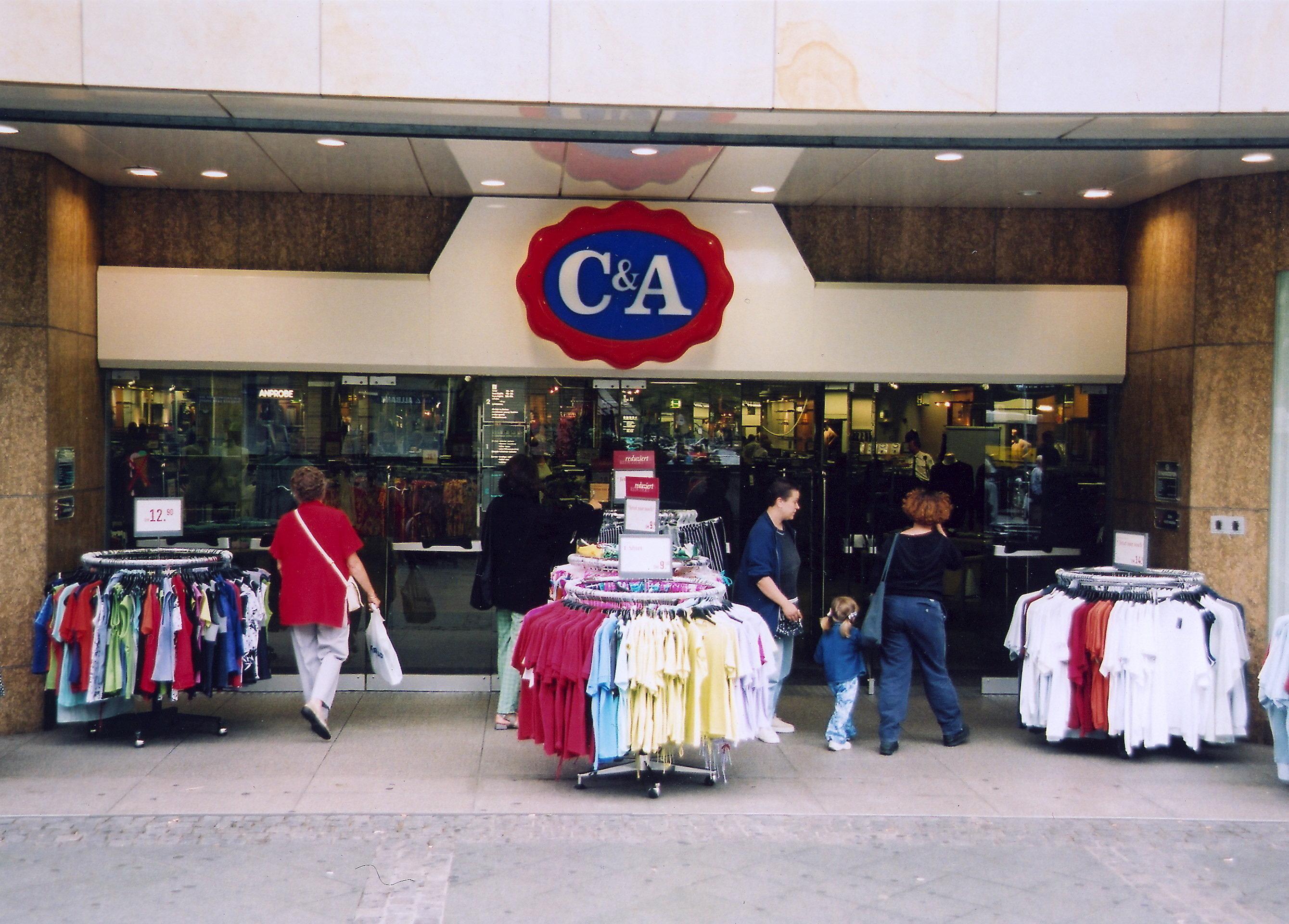 C&A bietet Pullover in Nazi-Optik an und erhält dafür einen