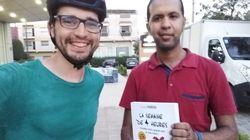 A Rabat, un jeune homme en vélo livre à domicile des romans pour une somme