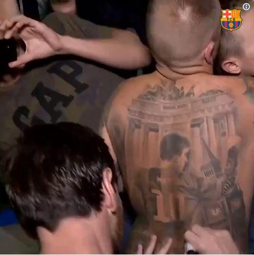 Lionel Messi a dédicacé un tatouage un peu