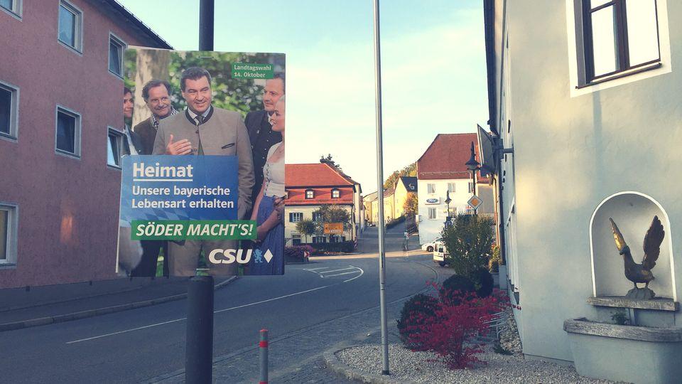 Ein Wahlplakat der CSU mit Bayern Ministerpräsident Markus Söder imOrtskern von
