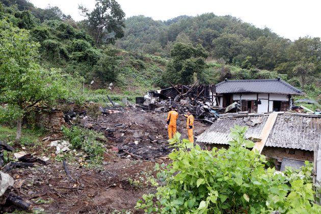 10일 오전 3시55분쯤 경북 안동시 길안면의 한 주택에서 불이 나 A씨(80)와 A씨의 아들 B씨(54) 등 2명이 숨지고 주택 1동 50여㎡가 전소됐다. B씨가 아버지를 구하기...