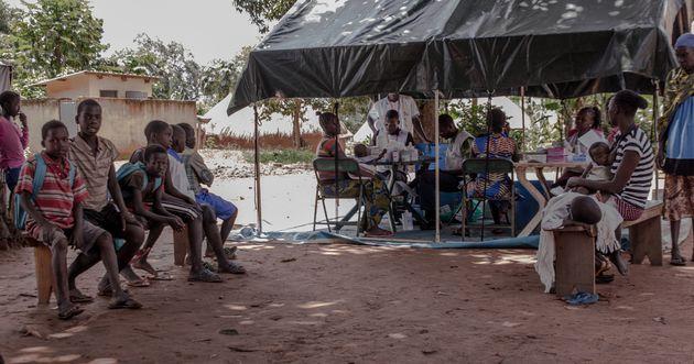 얌비오 지역 주민들이 국경없는의사회 스태프를 만나기 위해 기다리고 있다. 의료 지원이 늘 부족했던 얌비오에서 국경없는의사회의 지원은 없어서는 안 될 소중한 도움이다.
