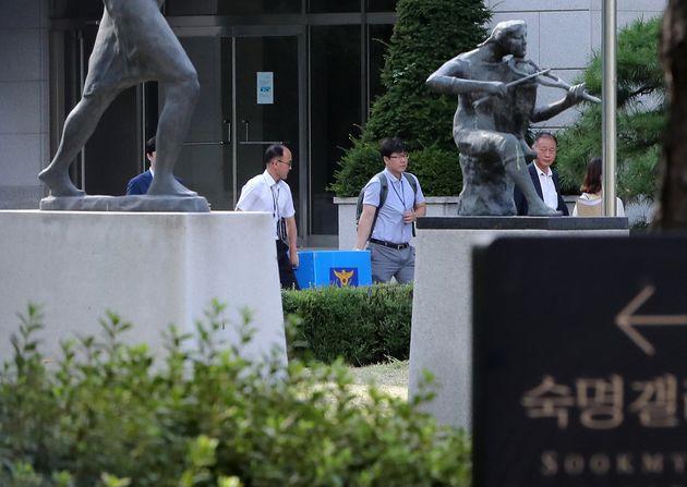 경찰이 숙명여고 시험문제 유출 의혹과 관련해 압수수색에 들어간 지난 9월5일 오후 서울 강남구 숙명여고에서 수사관들이 압수품을 옮기고