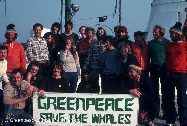 """1978년, """"고래를 지켜주세요""""라고 적힌 배너를 들고 있는 레인보우 워리어호 선원들"""