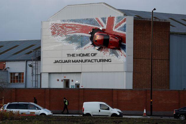 영국 캐슬 브롬위치에 위치한 재규어 공장 벽면에 차량 한 대가 부착되어 있는 모습. 2016년 11월17일.