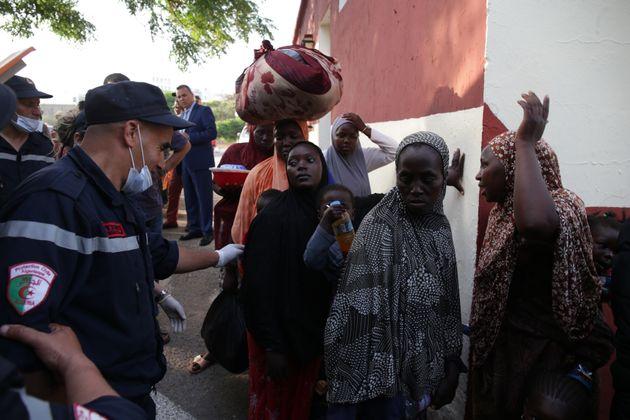 Des migrants subsahariens arrêtés quittent le camp de Zeralda à Alger en vue de leur...