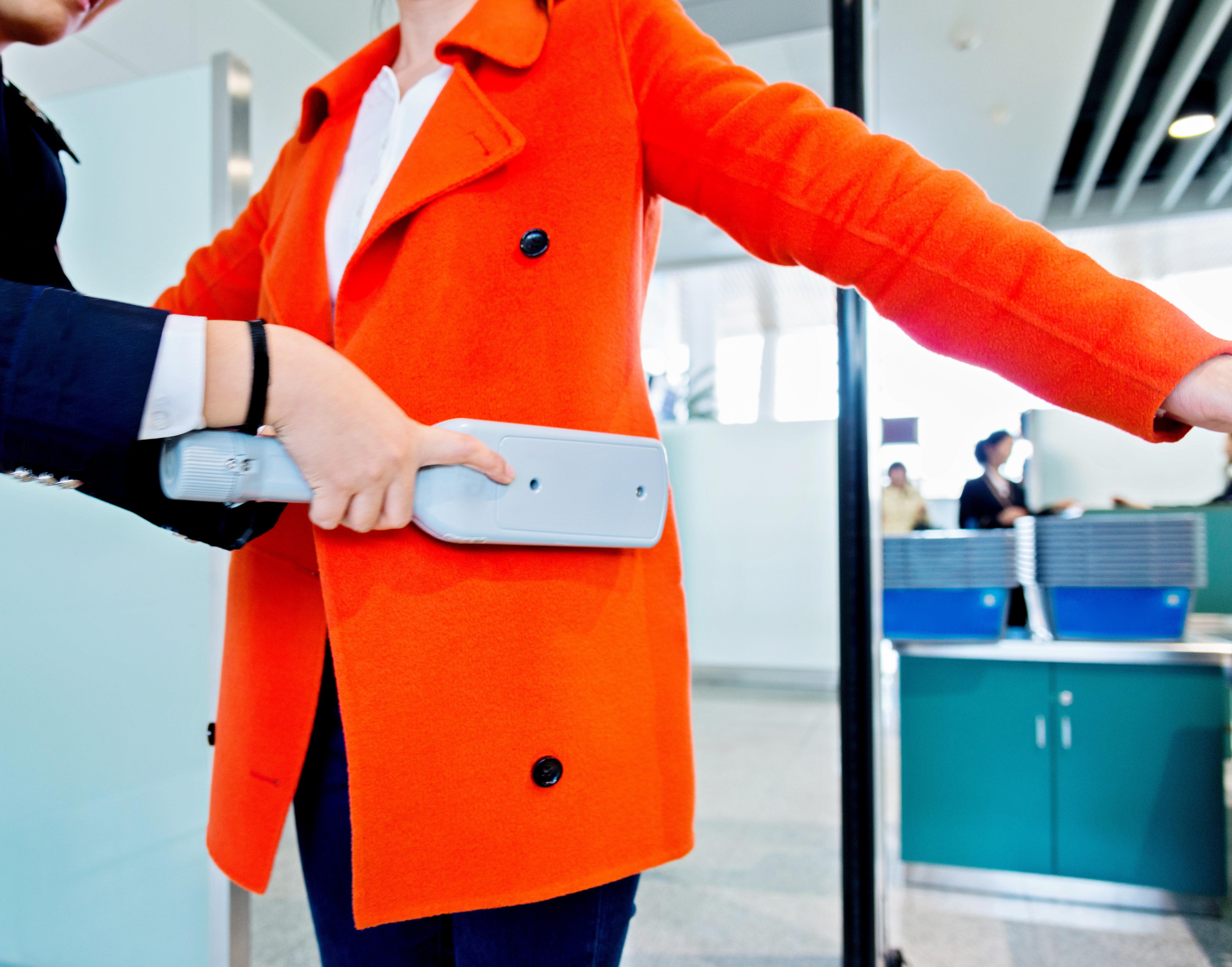 Sie musste ihre Brüste zeigen: Flughafen-Personal demütigt