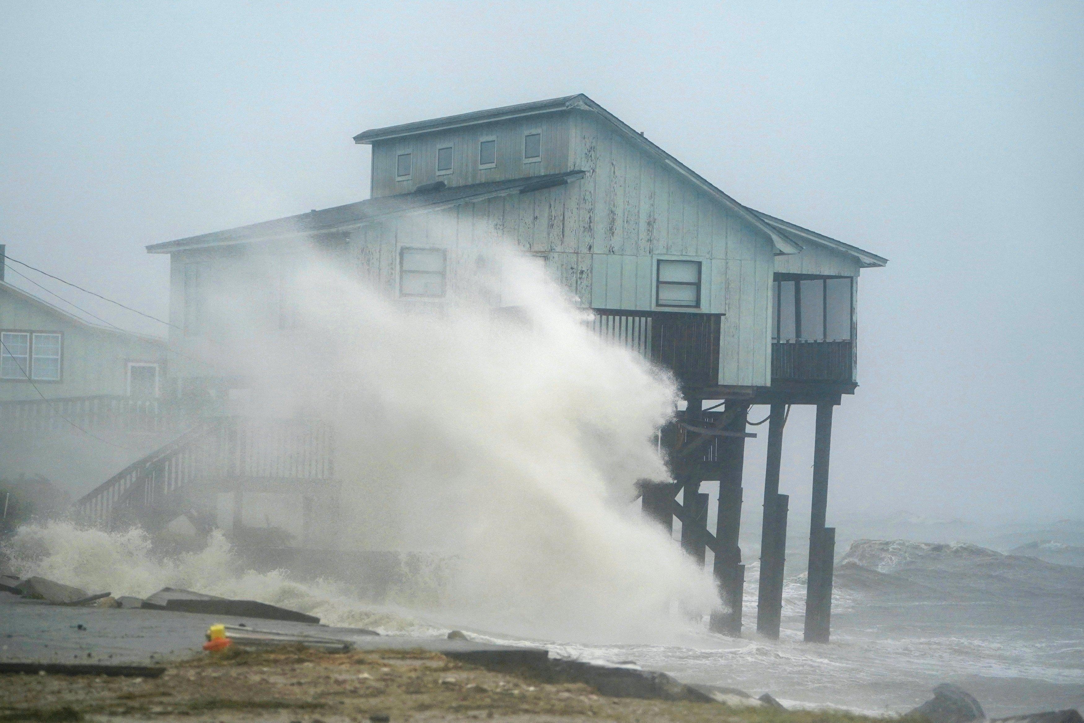 «Ο κυκλώνας του αιώνα» Μάικλ ξεσπιτώνει εκατοντάδες χιλιάδες ανθρώπους στη