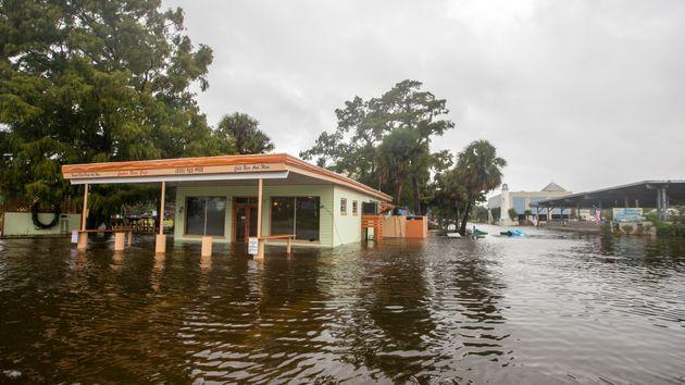 La inundación en el Cooter Stew Cafe en Saint Marks, Florida, el 10 de octubre de 2018, cuando el huracán...