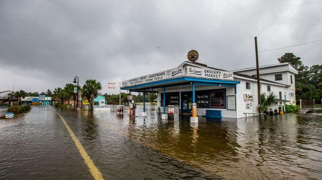 El supermercado Bo Lynn comienza a inundarse en Saint Marks on Oct.