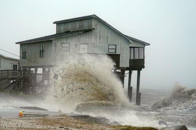 Las olas golpean una casa mientras el huracán Michael se acerca a Alligator Point,