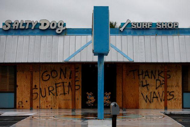 Un mensaje escrito sobre un negocio cerrado en Panama City Beach,